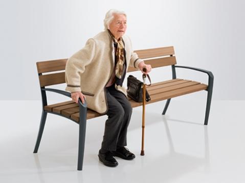 Seniorenbänke Calma Plus von Runge mit Armlehnen als Aufstehhilfe und erhöhter Sitzfläche für seniorengerechtes Sitzen